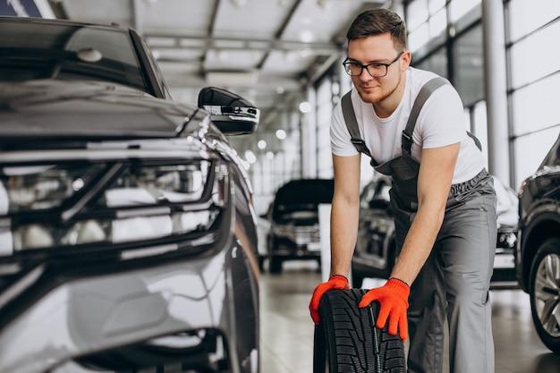 Cambio de neumáticos mecánico en un servicio de automóvil