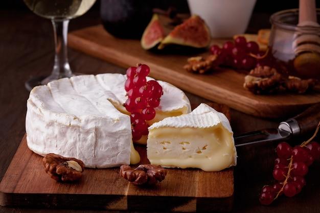 Camembert de queso francés