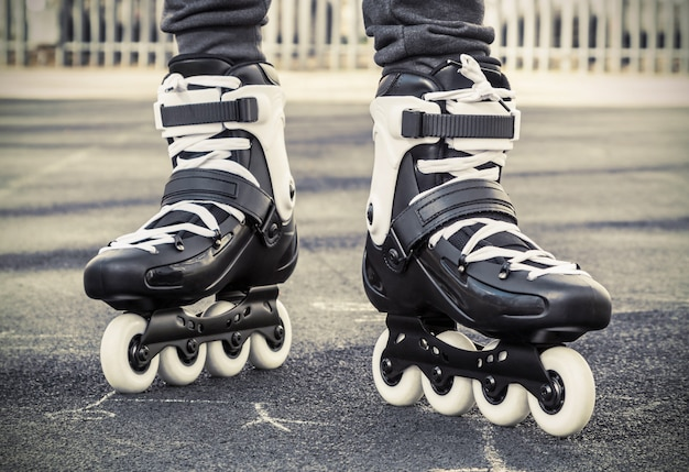 Camina sobre patines para patinar. foto tonificada