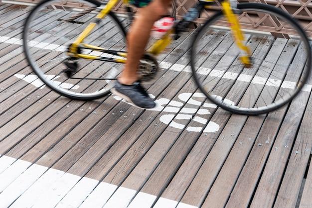 Caminando con la bicicleta en la ciudad