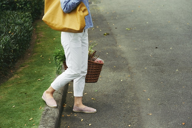 Caminando a casa después de comprar