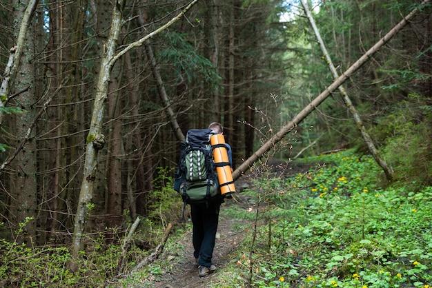 Caminante con equipo pasa tiempo caminando en las montañas