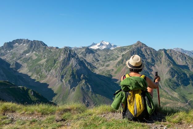 Caminante de la mujer que mira las montañas de pyrenees