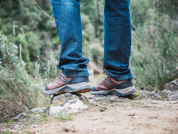 Caminante que camina sobre rocas en un sendero de montaña