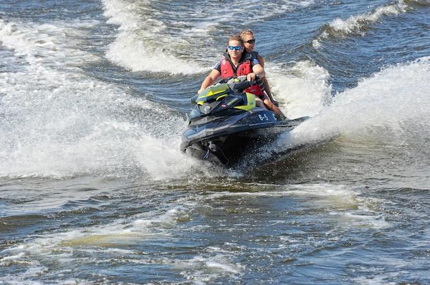 Caminar en moto acuática