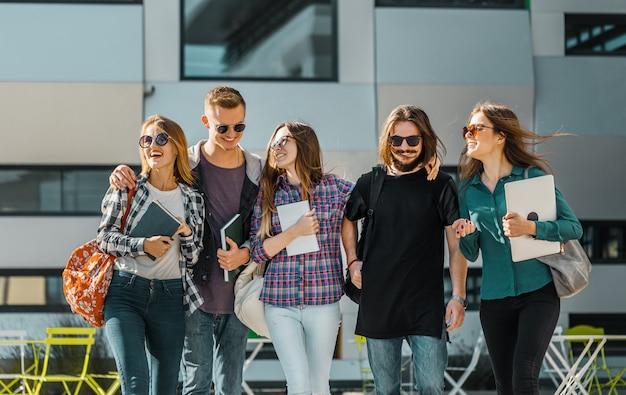 Caminata de grupo de estudiantes