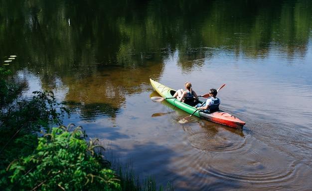 Caminata en kayaks por el río. remo y deportes acuáticos. recreación activa en el parque. canoa