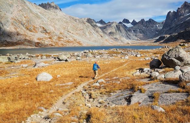 Caminata en las montañas de otoño