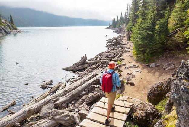 Camine hasta las aguas turquesas del pintoresco lago garibaldi cerca de whistler, bc, canadá. destino de caminata muy popular en columbia británica.