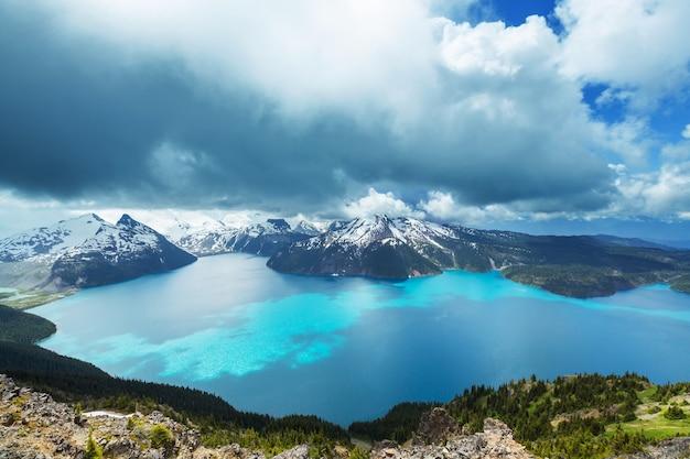 Camine hasta las aguas turquesas del pintoresco lago garibaldi cerca de whistler, bc, canadá.