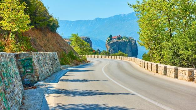 Camino al monasterio de la santísima trinidad en meteora, grecia - paisaje griego