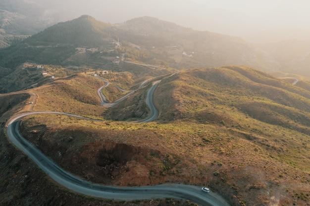 Camino de camino de montaña en paisaje panorámico