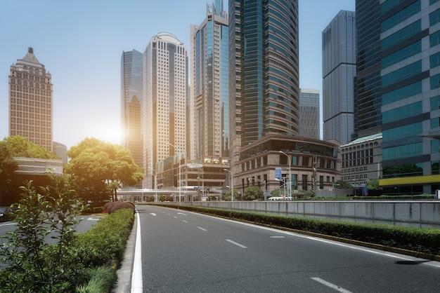 Camino de la ciudad y fondo de edificio moderno.