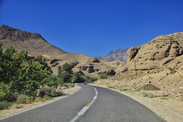 Camino en el desierto de irán a la aldea de abyaneh