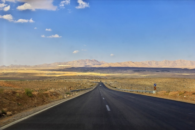 Camino en el desierto de irán