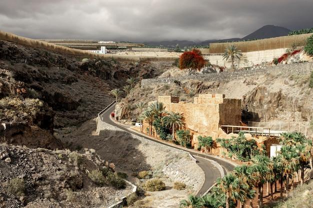 Camino del desierto con pequeño pueblo