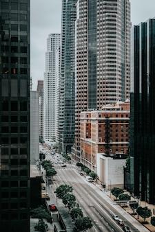 Camino entre edificios altos