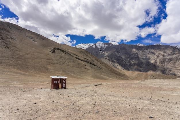 Un camino a la hermosa colina magnética en leh, ladakh, india