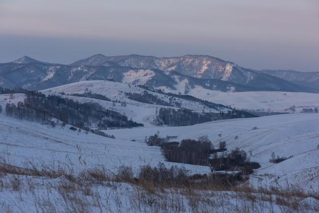 Camino de invierno de las montañas de altai