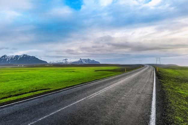 Camino largo y recto y cielo azul.