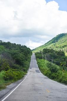 Camino largo y recto que conduce hacia las montañas