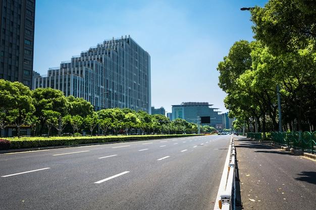 Camino limpio de la ciudad, tráfico rápido de la ciudad.