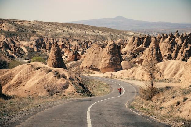 Camino a lo largo del valle de la chimenea de hadas en capadocia