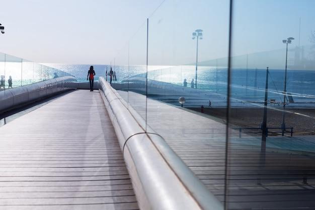Camino de madera al mar en la costa mediterránea