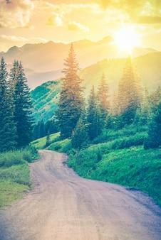 Camino de montaña escénico