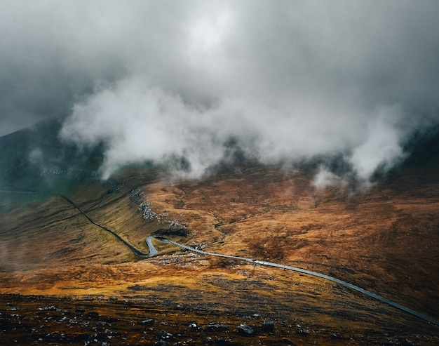 Camino en la montaña bajo las nubes