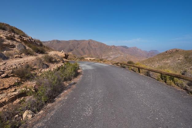 Camino de la montaña del paisaje de azohia del la en la bahía de cartagena, región de murcia, españa.