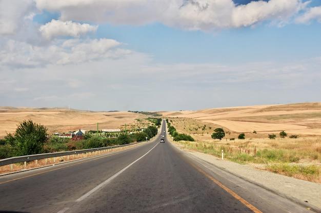 El camino en las montañas del cáucaso, azerbaiyán