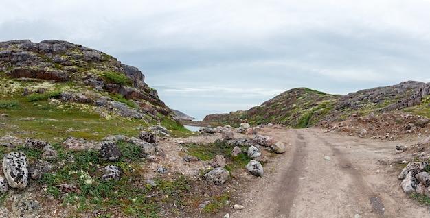 El camino hacia las montañas del norte de la península de kola, rusia.