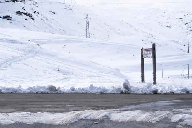 Camino en la nieve en la montaña en passo dello stelvio italia.