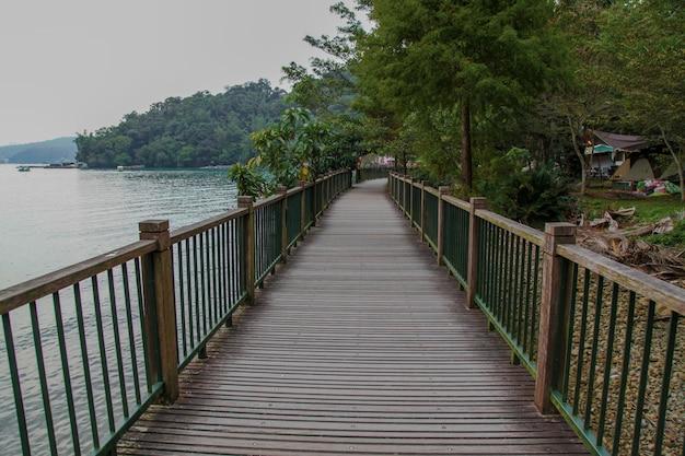 El camino a pie de madera para caminar en el lago sun moon en taiwán
