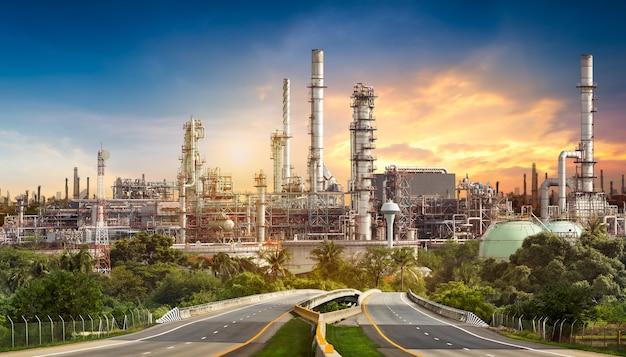 Camino a la refinería de petróleo en el cielo azul al atardecer
