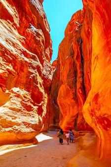 Camino entre rocas altas en petra, jordania