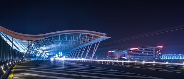 Camino a través de la ciudad moderna