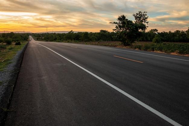 El camino en el valle en el momento de la puesta del sol concepto de vacaciones y viajes