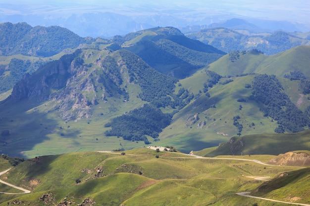 Camino en un valle de montaña.