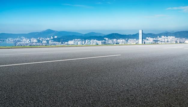 Caminos y el horizonte de la ciudad de hong kong