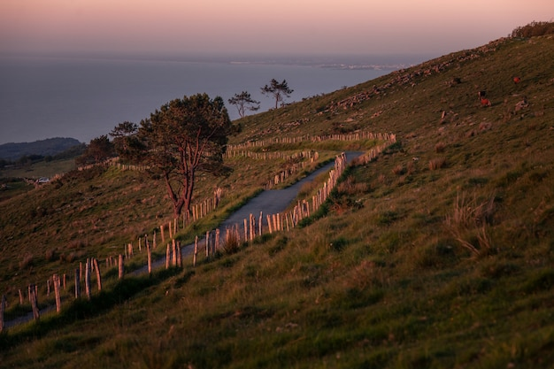 Caminos a través de la montaña al lado de la costa.