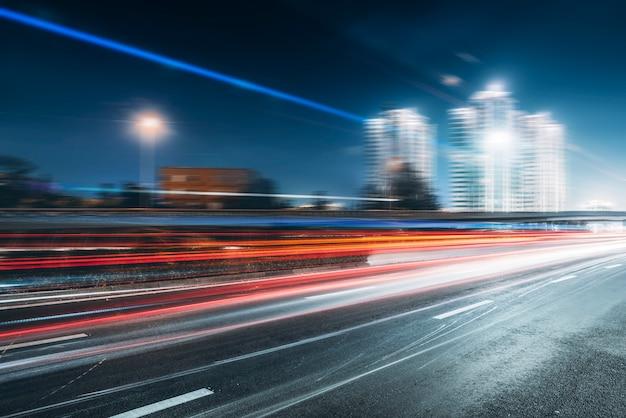 Caminos urbanos y luces borrosas.