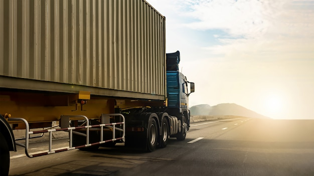 Camión de carga en carretera con contenedor, transporte, importación, exportación, logística, transporte industrial, transporte terrestre