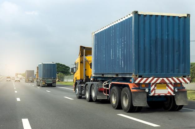 Camión en carretera carretera contenedor, concepto de transporte