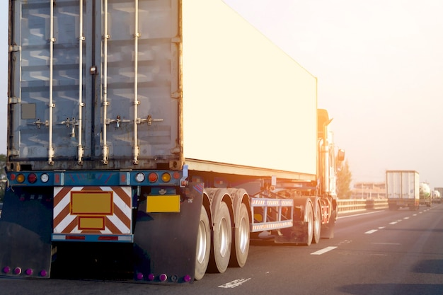 Camión en carretera carretera con contenedor. logística industrial transporte transporte terrestre