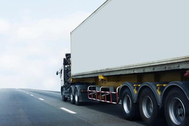 Camión en carretera con contenedor, concepto de transporte.
