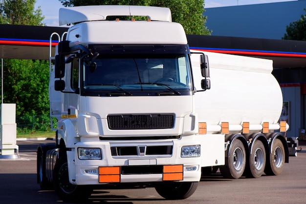 Camión cisterna de combustible de conducción. transporte de petróleo y gas en camión.