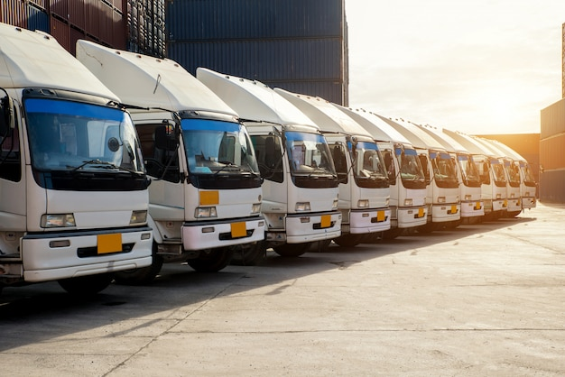 Camión contenedor en depósito en porrt. logística de importación y exportación de fondo y concepto de la industria de transporte