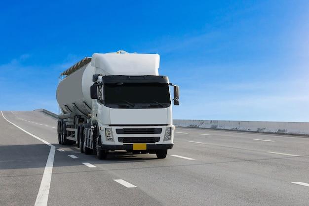 Camión de gas en carretera con aceite de tanque.